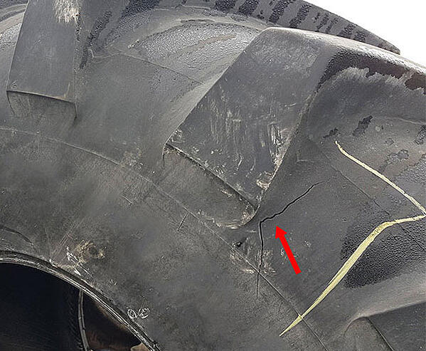 Break in the casing linked to an impact which can only be repaired using a hot vulcanisation process