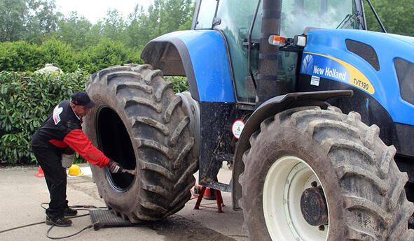 Mounting a tractor tyre
