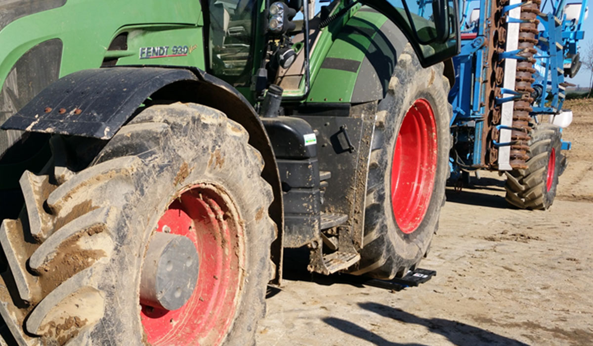 lestage-pneu-agricole-pesee-a-lessieu-arriere-dun-tracteur